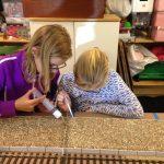 Rose og Anne i gang med fiksering af gruset på Skrøbelevs perron.